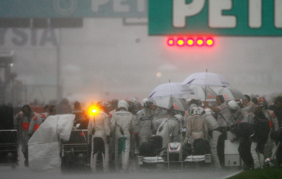 Heavy rain forces the race to be abandoned in Malaysia