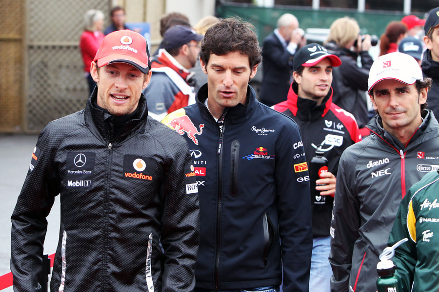 Jenson Button, Mark Webber and Pedro de la Rosa talk ahead of the race