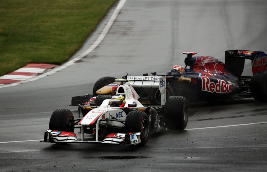 Pedro de la Rosa runs wide ahead of Sebastien Buemi