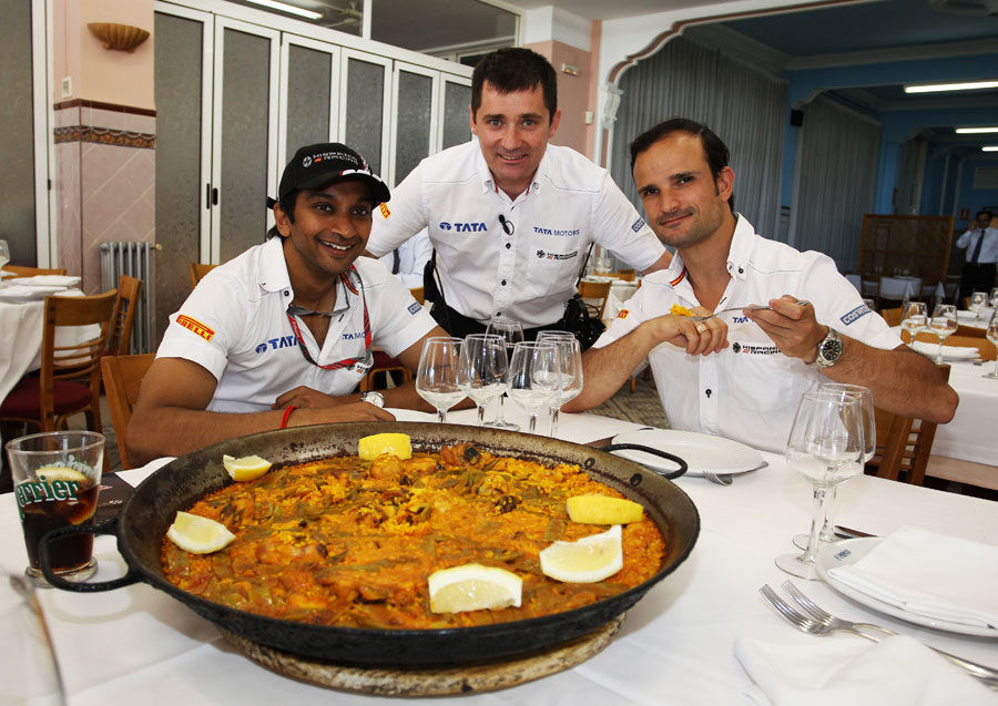 Narain Karthikeyan, Tonio Liuzzi and race engineer Antonio Cuquerella pose with their paella