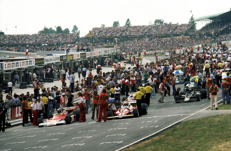Niki Lauda and James Hunt line-up at the front of the grid