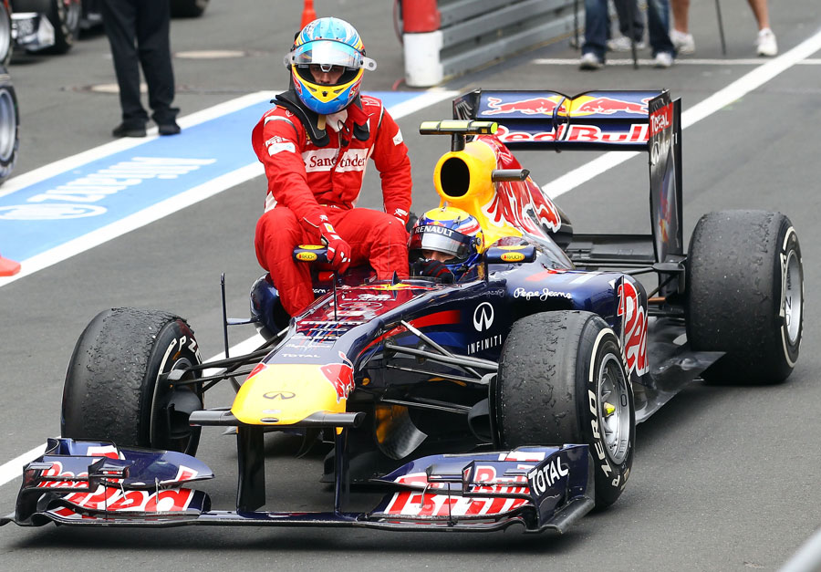 Mark Webber gives Fernando Alonso a lift back to the pits