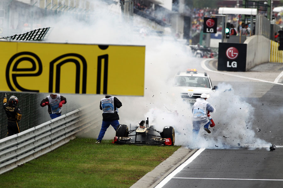 Nick Heidfeld's Renault explodes after catching fire