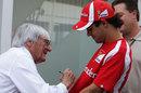 Bernie Ecclestone signs Felipe Massa's shirt