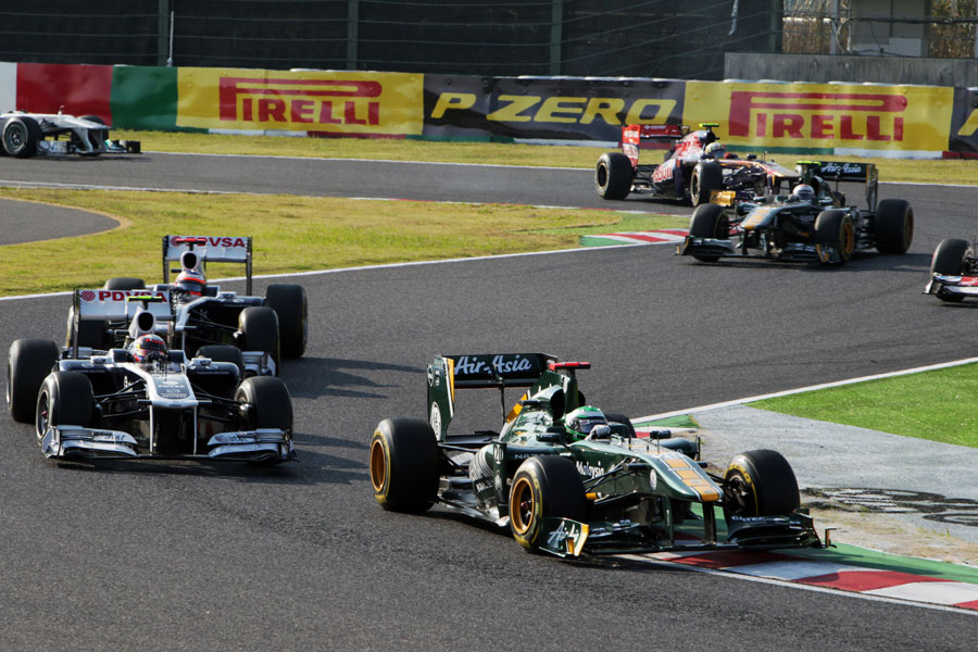 Heikki Kovalainen holds the two Williamses at bay early in the race