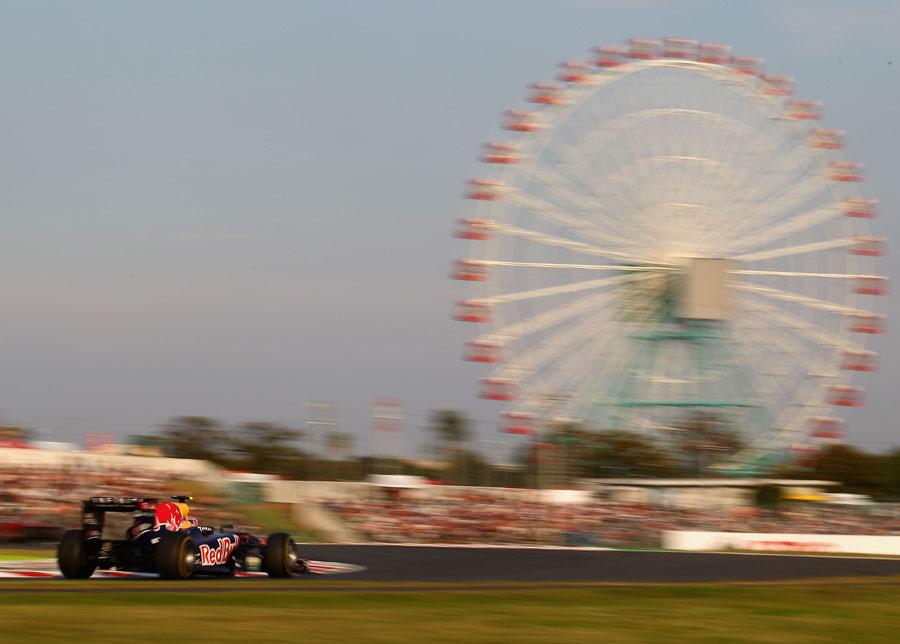 Mark Webber attacks the final chicane