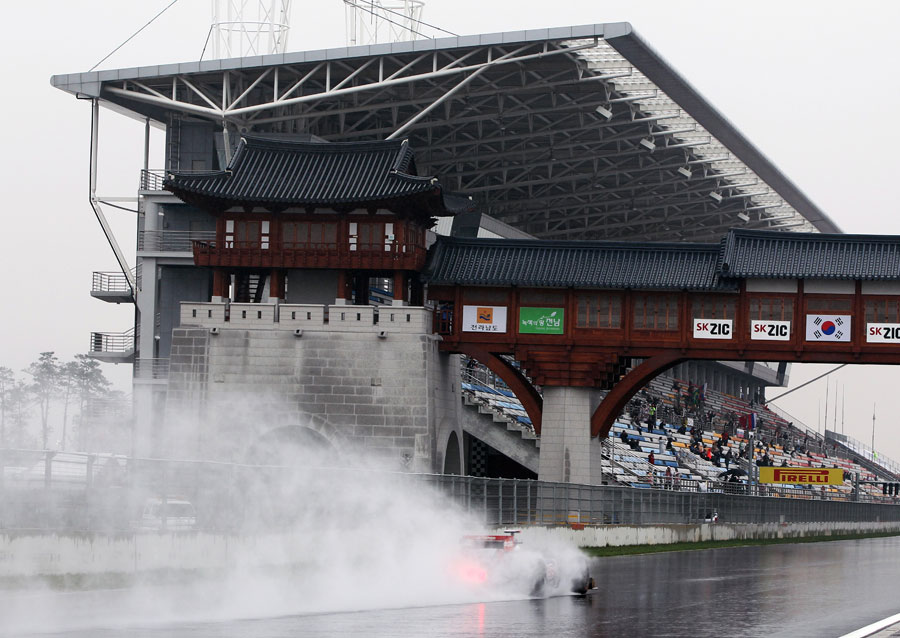 Sebastien Buemi leaves a cloud of spray in his wake as he starts another lap