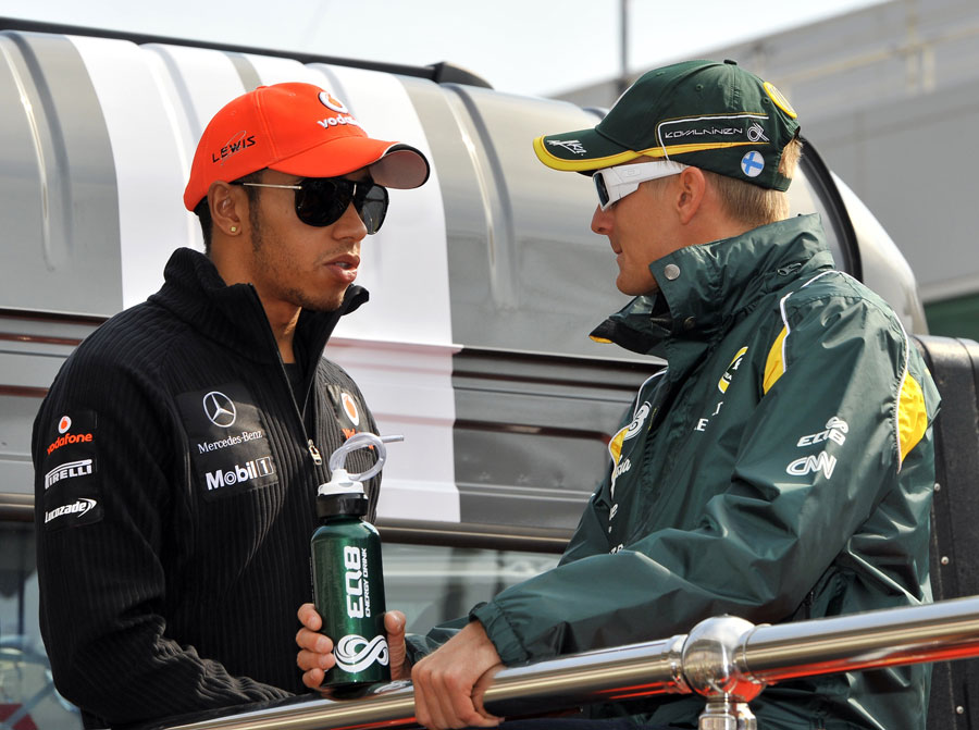 Lewis Hamilton talks to Heikki Kovalainen