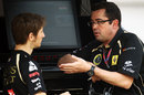 Eric Boullier talks to Romain Grosjean on the Renault pit wall