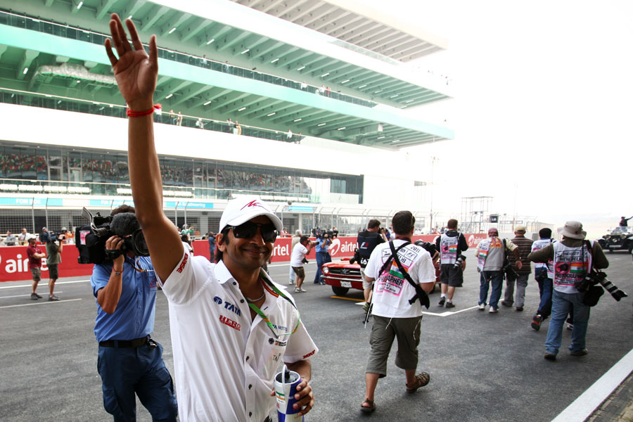 Narain Karthikeyan waves to fans on Sunday morning