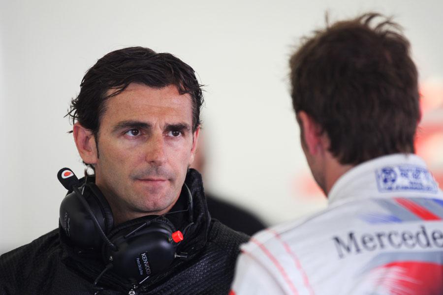Pedro de la Rosa speaks to Jenson Button in the McLaren garage