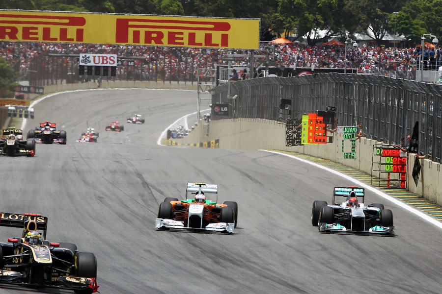 Michael Schumacher attacks Paul di Resta into turn one