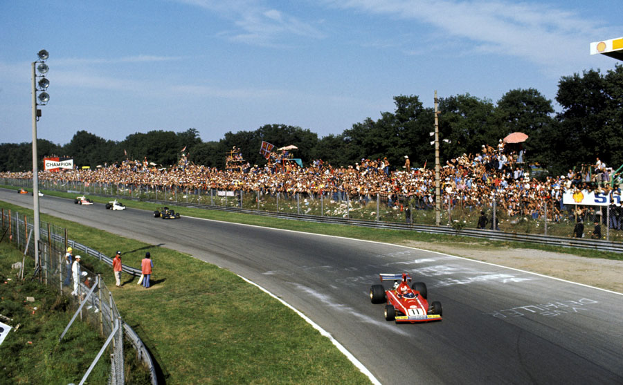 Clay Regazzoni leads Ronnie Peterson in to the Parabolica