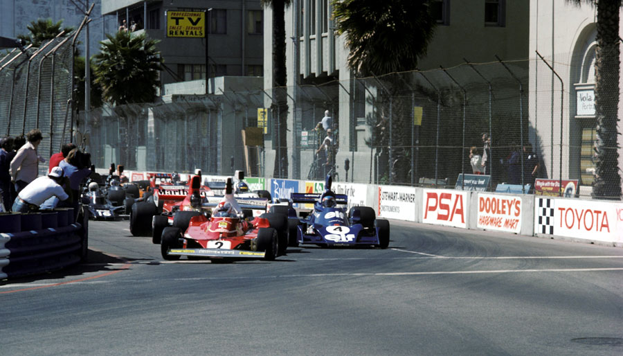 Clay Regazzoni leads Patrick Depailler in to turn one