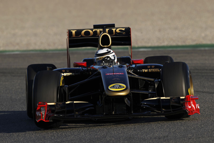 Kimi Raikkonen aims for an apex in the Renault R30