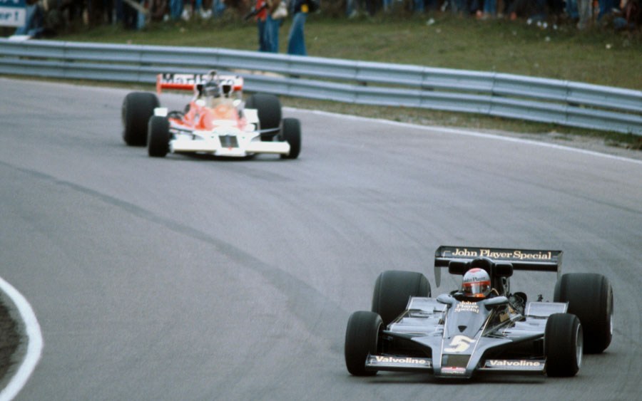 Mario Andretti leads James Hunt before Hunt crashed out of the race
