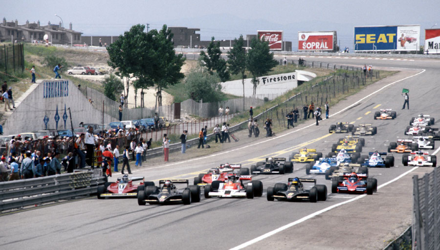 Mario Andretti leads away as the fast-starting James Hunt picks his way through the field