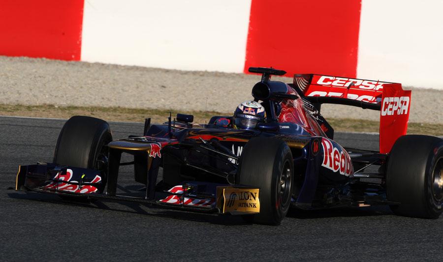 Daniel Ricciardo looks for the apex in the Toro Rosso