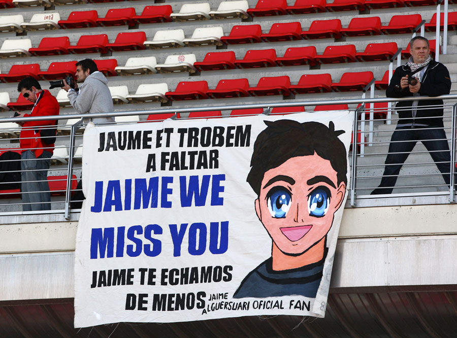 Jaime Alguersuari fans turn out for the first day of the test
