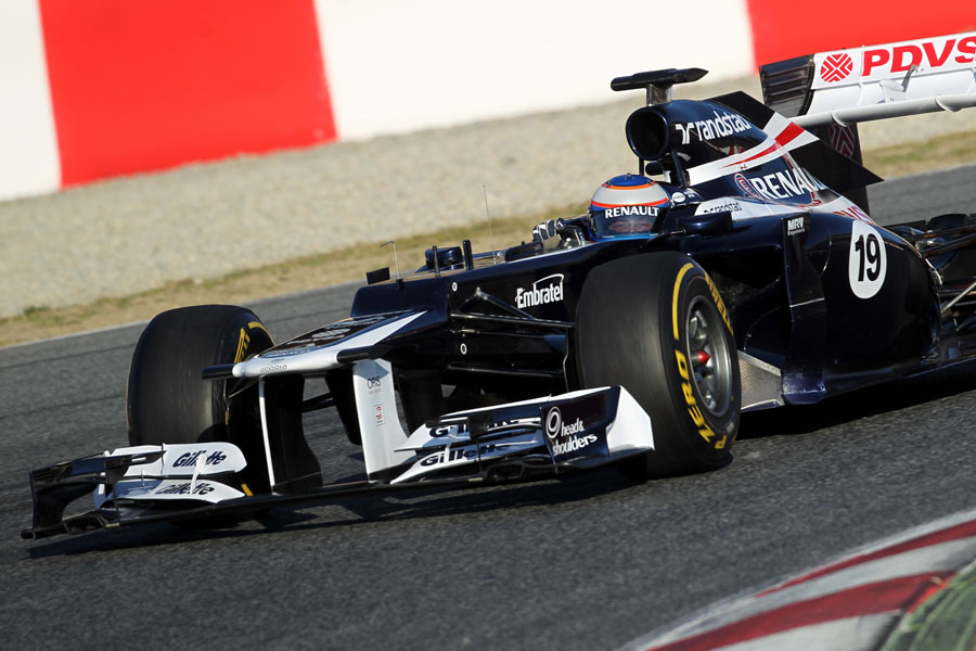 Valtteri Bottas aims for the apex in the Williams FW34