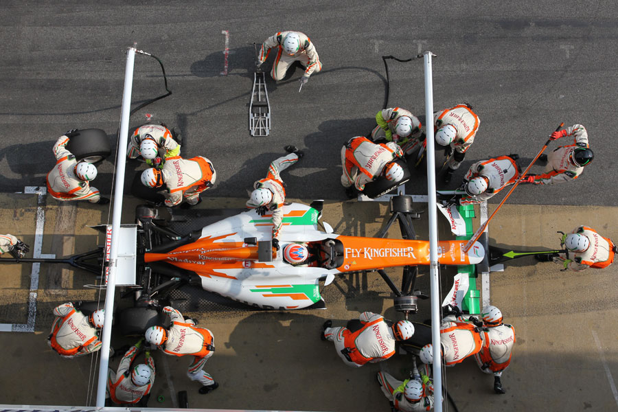 Force India mechanics mid pit stop