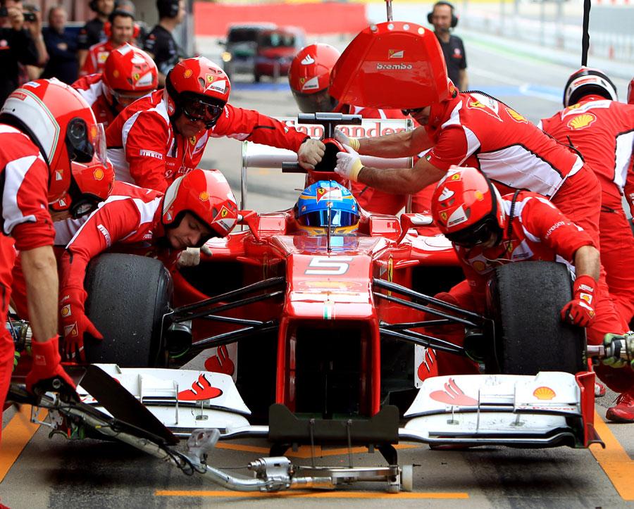 13715 - Alonso feels pressure on Ferrari
