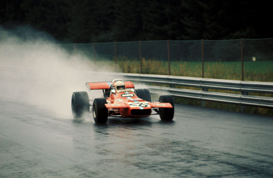 Tim Schenken drives through the spray in Frank Williams de Tomaso