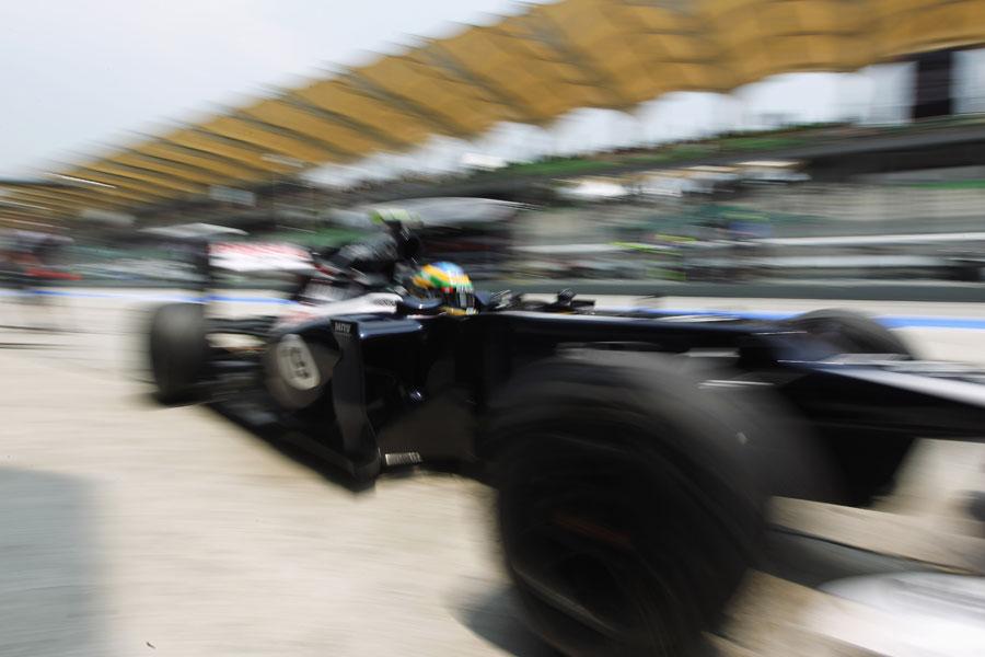 Bruno Senna attacks the pit box