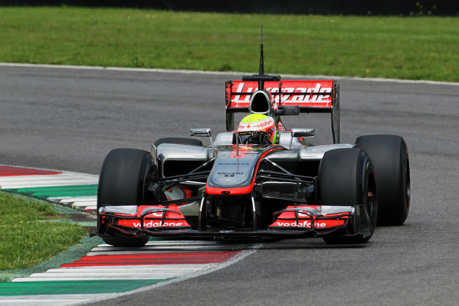 Oliver Turvey attacks the apex in the McLaren