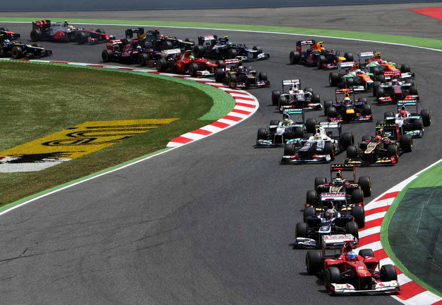 Fernando Alonso leads Pastor Maldonado into the second bend