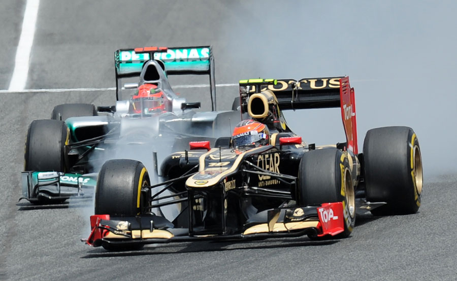 Michael Schumacher puts pressure on Romain Grosjean