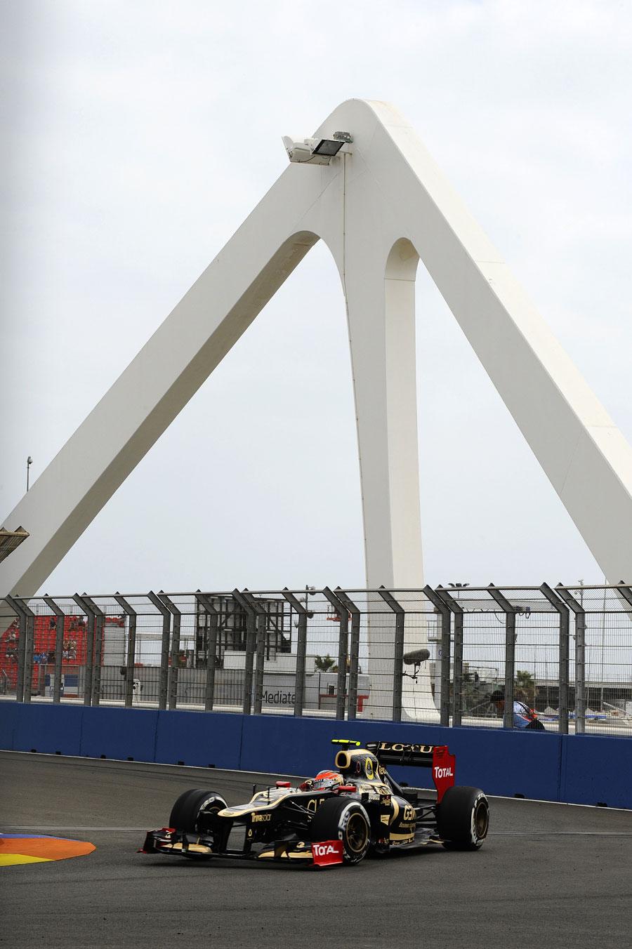 Romain Grosjean aims for the apex of turn 10