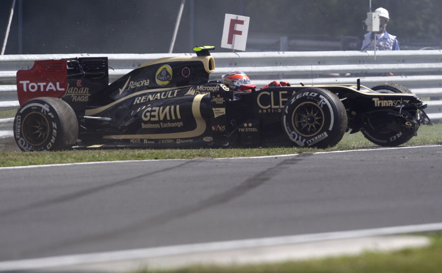 Romain Grosjean loses his nose after spinning in to the barriers