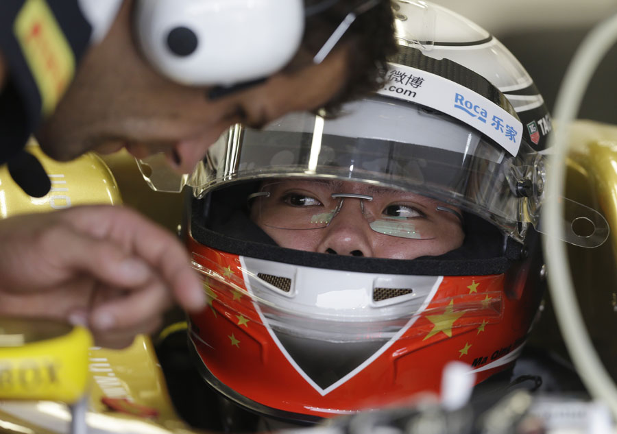 Ma Qing Hua talks to his HRT race engineer ahead of his practice run