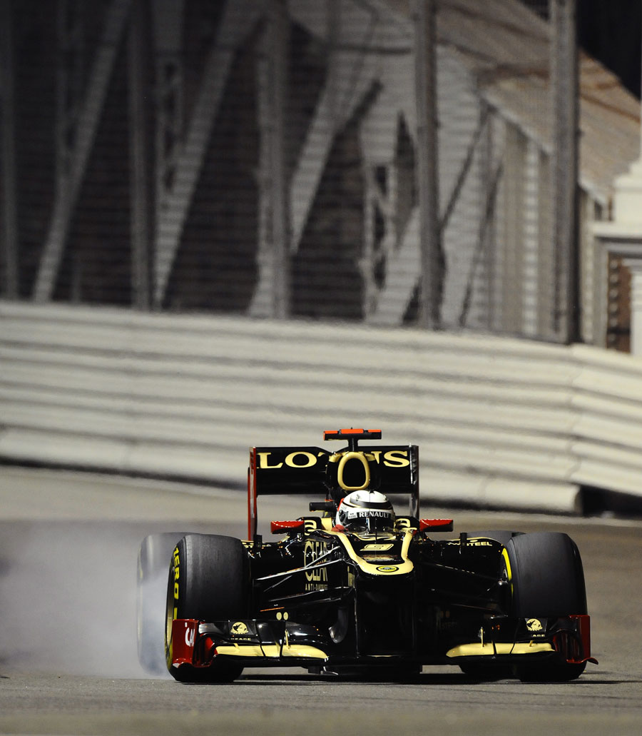 Kimi Raikkonen locks a tyre coming off the Anderson Bridge
