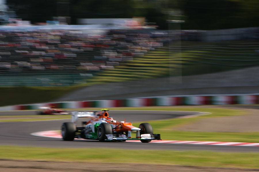 Nico Hulkenberg attacks the Esses