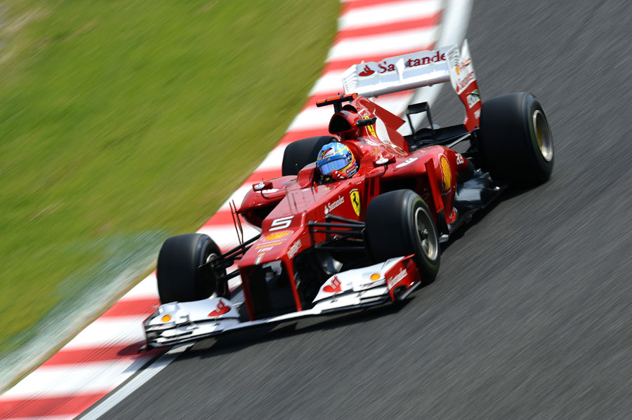 Fernando Alonso attacks the first sector