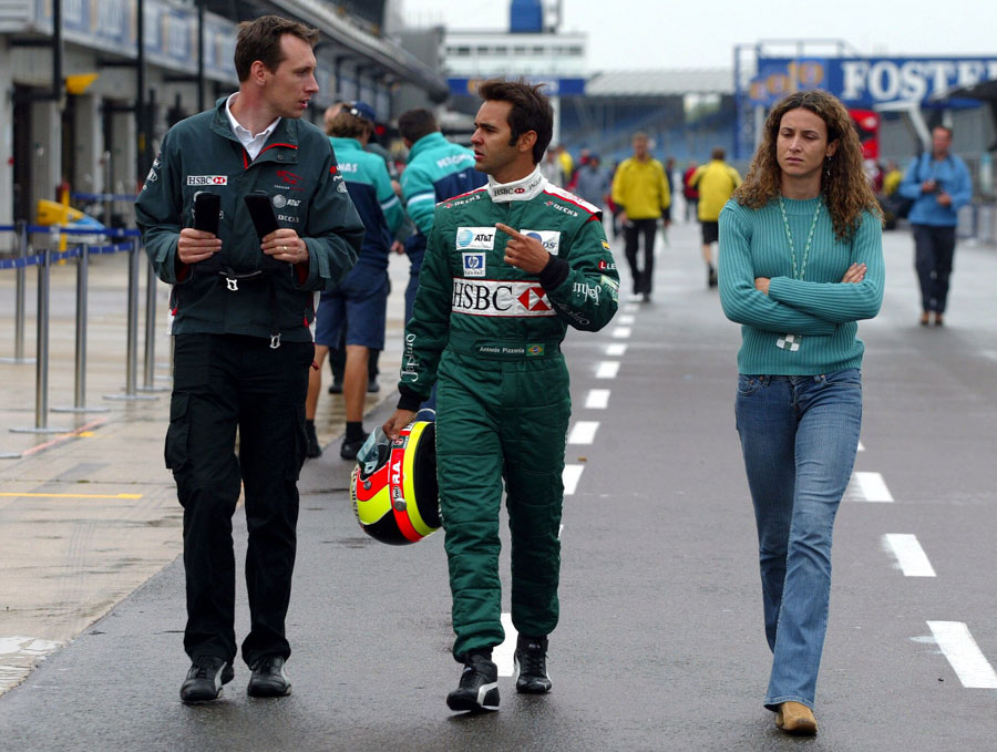 Antonio Pizzonia with his girlfriend Maurren Maggi in the pit lane