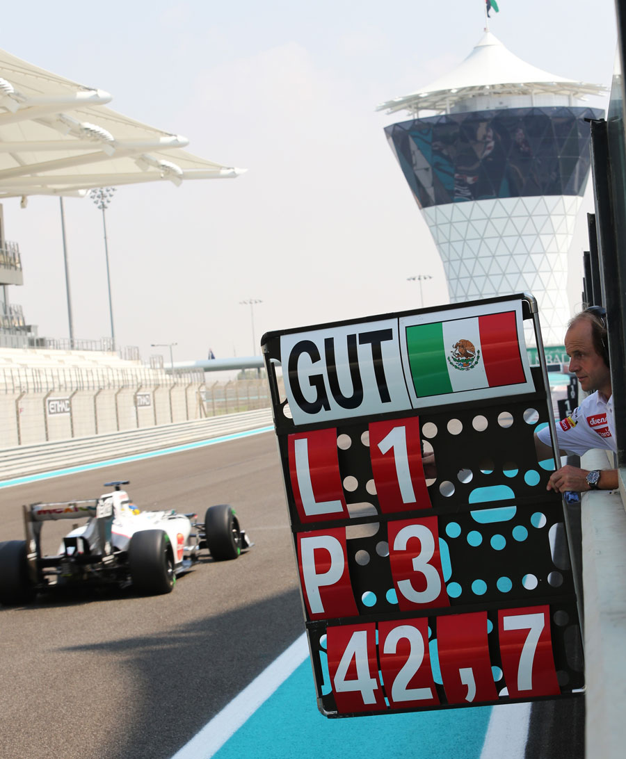 Sauber physio Josef Leberer holds out the pit board to Esteban Gutierrez