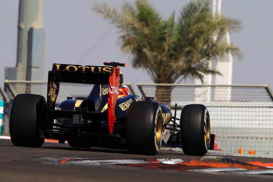 Kimi Raikkonen attacks the circuit