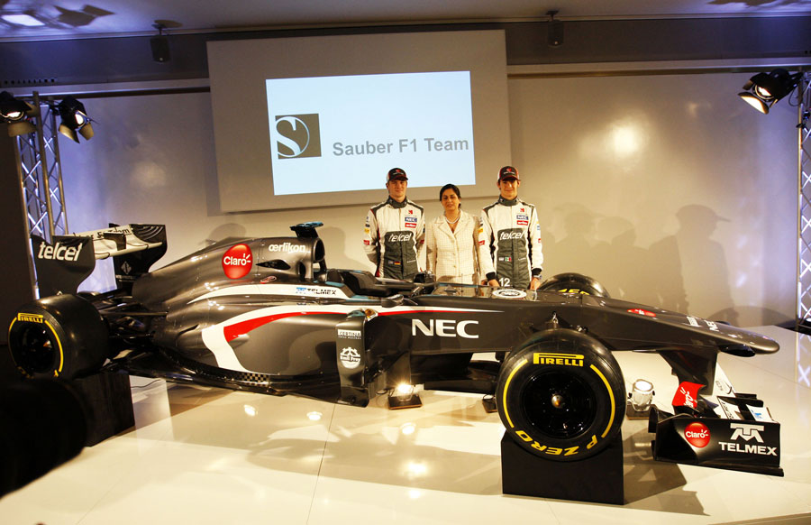 Nico Hulkenberg, Monisha Kaltenborn and Esteban Gutierrez pose for a photo with the new C32