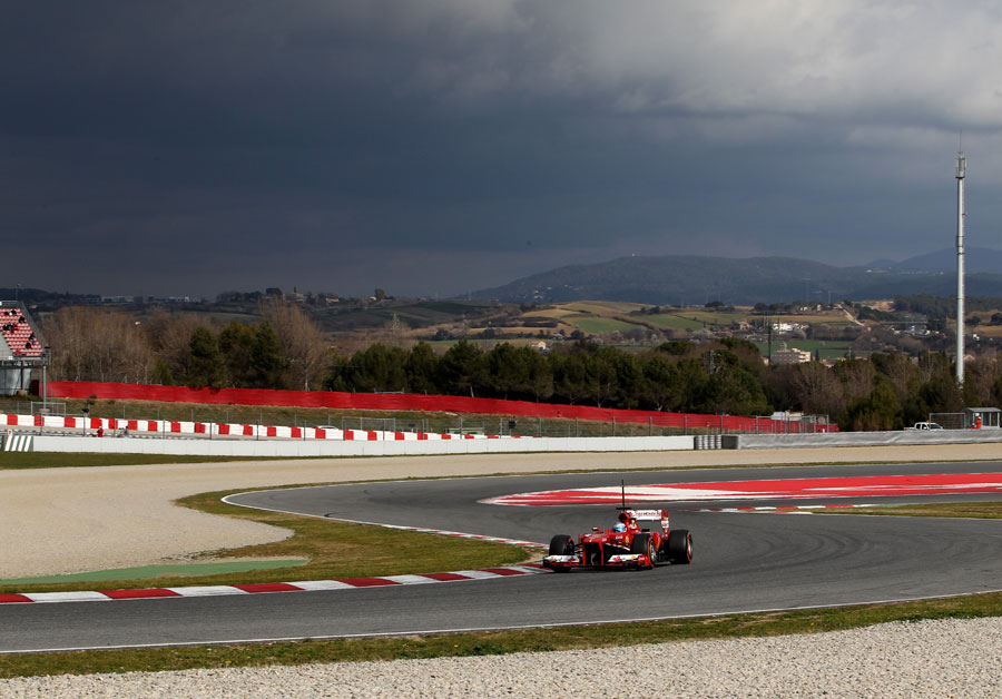 Fernando Alonso attacks turn 11