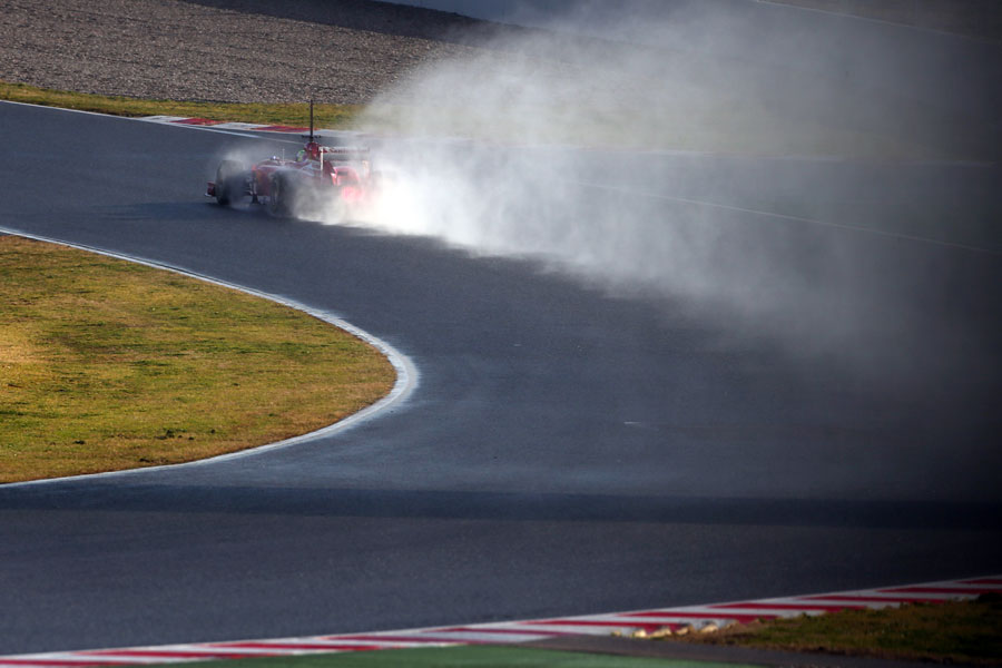 Felipe Massa leaves a plume of spray