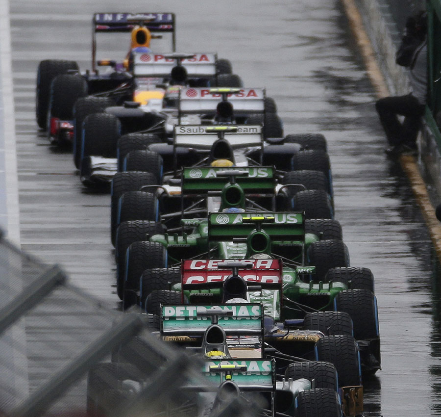 Cars queue to start Q1 after it was finally given the go ahead