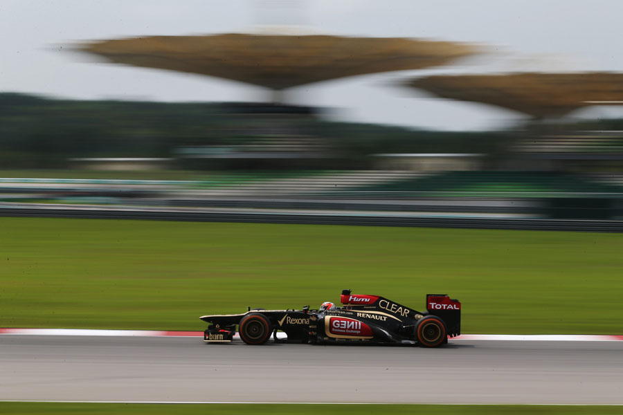Kimi Raikkonen attacks the middle sector