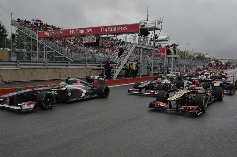 The drivers form a disorderly queue at the restart of Q2