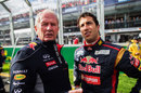 Helmut Marko briefs Daniel Ricciardo ahead of the race