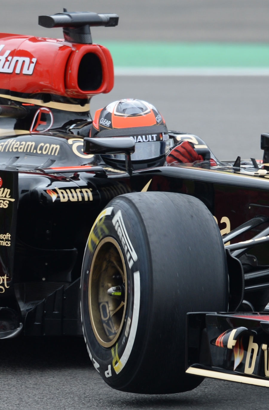 Kimi Raikkonen lifts a wheel in his Lotus