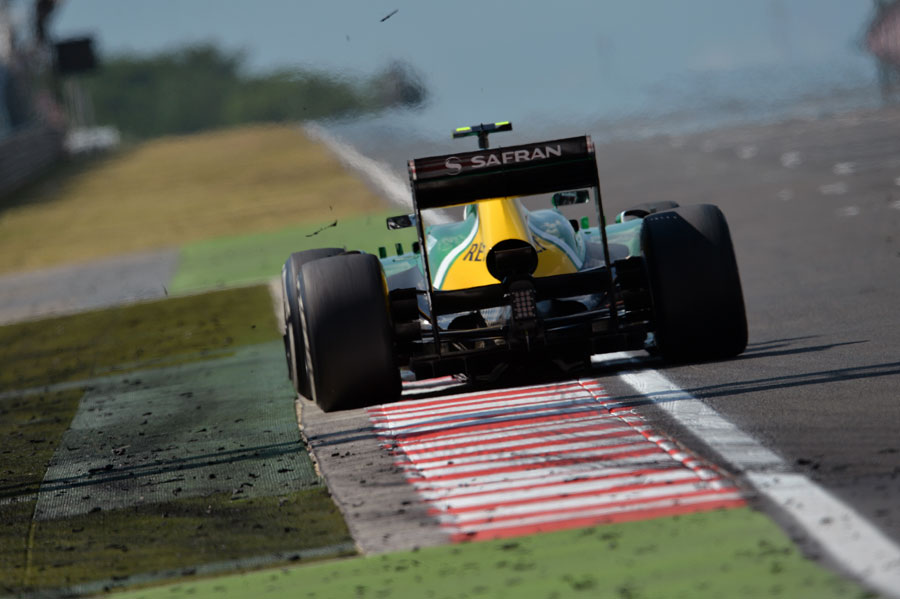 Giedo van der Garde kicks up rubber as he uses the kerb on the final corner