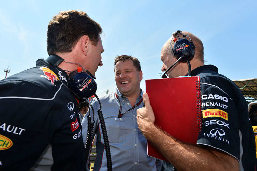 Christian Horner, Paul Hembery and Adrian Newey talk on the grid